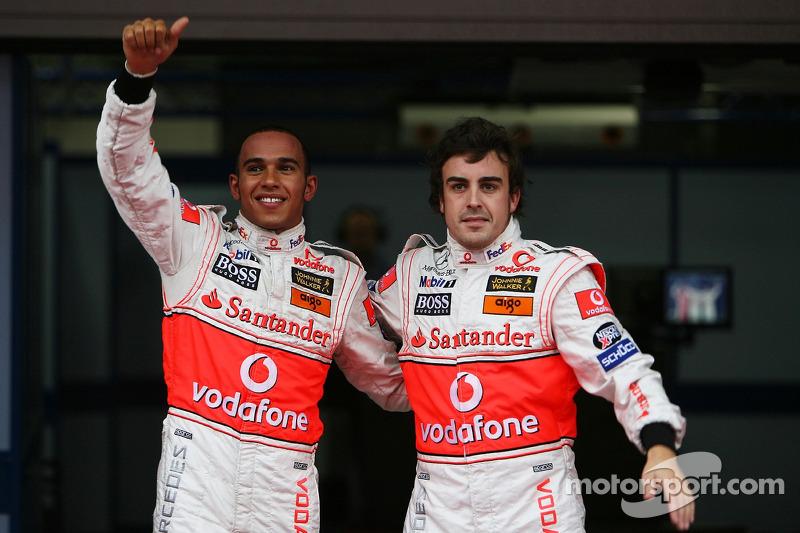 Ganador de la pole Lewis Hamilton, McLaren Mercedes y el segundo puesto Fernando Alonso, McLaren Mercedes