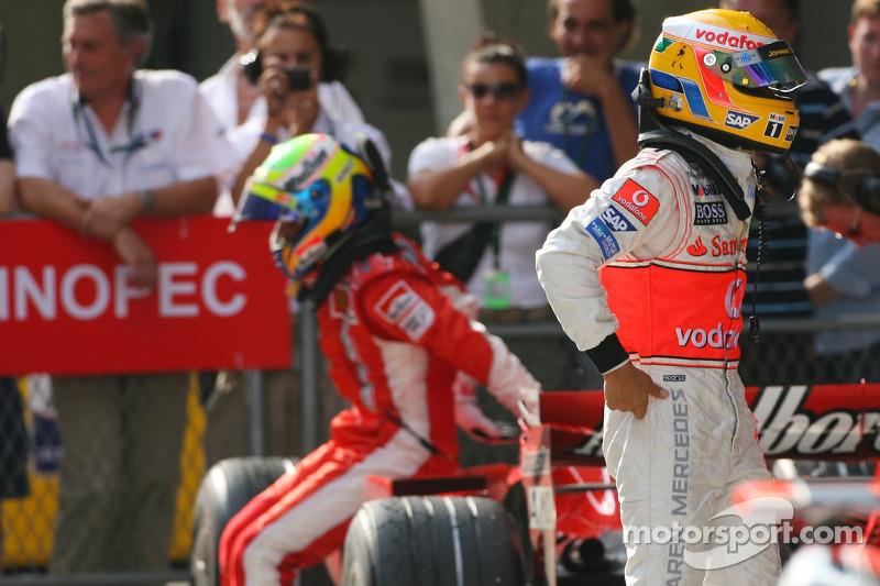 Ganador de la pole Lewis Hamilton, McLaren Mercedes, MP4-22 y el tercer puesto Felipe Massa, Scuderia Ferrari, F2007