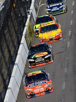 Jeff Gordon leads a pack of cars