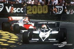 Nelson Piquet à frente de Niki Lauda no GP britânico de 1984.