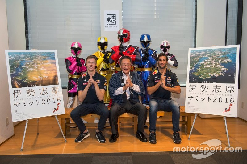 Daniel Ricciardo, Red Bull Racing and Daniil Kvyat, Red Bull Racing with Eiichi Ishigaki, vice-govenor of Mie Prefecture and the Shuriken Sentai Ninninjyaa