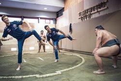 Daniel Ricciardo, Red Bull Racing y Daniil Kvyat, Red Bull Racing con luchadores de sumo