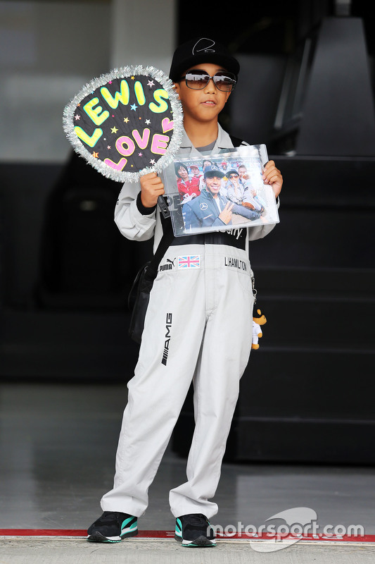 un jeune fan de lewis hamilton mercedes amg f1 gp du japon photos formule 1. Black Bedroom Furniture Sets. Home Design Ideas