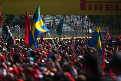 I tifosi invadono la pista per assistere alla cerimonia del podio
