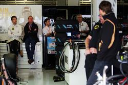 Джолион Палмер, тестовый и резервный пилот Lotus F1 Team со своим отцом Джонатаном Палмером