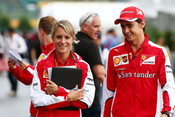 Esteban Gutierrez, Ferrari piloto de pruebas y de reserva con Britta Roeske, Ferrari encargada de prensa