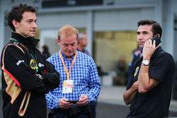 Джолион Палмер, тестовый и резервный пилот Lotus F1 Team, Джонатан Палмер и Мэттью Картер, генеральный директор Lotus F1 Team