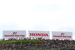本田的标牌及看台上的车迷