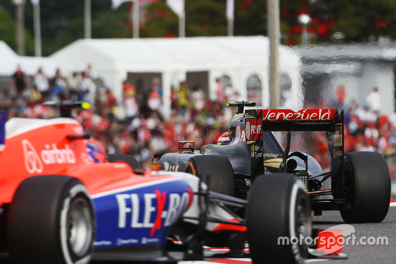 Pastor Maldonado, Lotus F1 E23 leads Alexander Rossi, Manor Marussia F1 Team