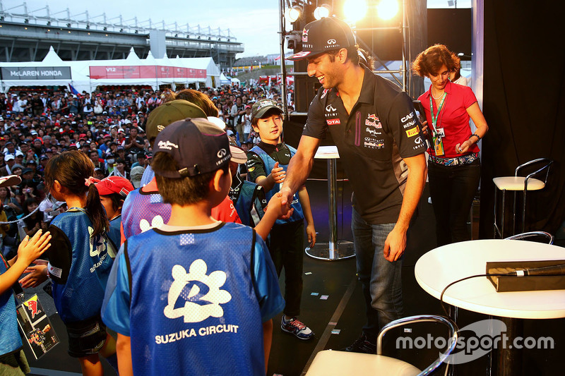 Daniel Ricciardo, Red Bull Racing greets young fans on stage in the fanzone after qualifying