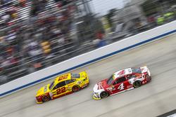 Joey Logano, Team Penske Ford en Kevin Harvick, Stewart-Haas Racing Chevrolet
