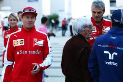 Kimi Raikkonen, Ferrari pasa a Bernie Ecclestone, Maurizio Arrivabene, Ferrari Director del Equipo y a Felipe Massa, Williams
