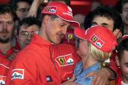 Juara balapan, dan Juara Dunia musim 2000, Michael Schumacher, Ferrari bersama istri, Corinna Schumacher