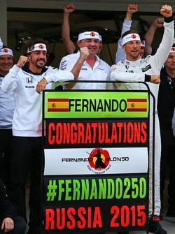 (De izquierda a derecha): Fernando Alonso, McLaren celebra su GP número 250 con Eric Boullier, director de McLaren Racing, Jenson Button, de McLaren, y el equipo
