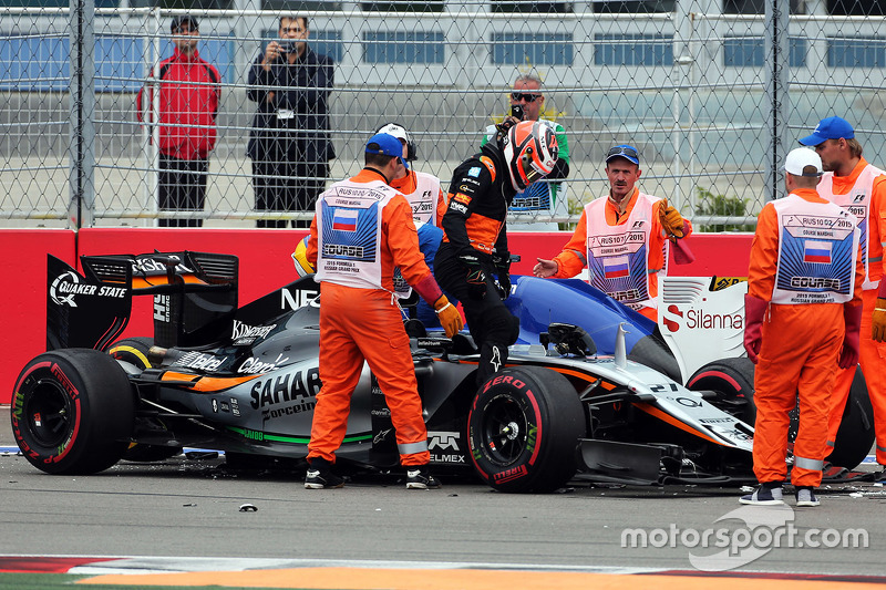 Nico Hulkenberg, Sahara Force India F1 VJM08 and Marcus Ericsson, Sauber F1 Team collide at the start