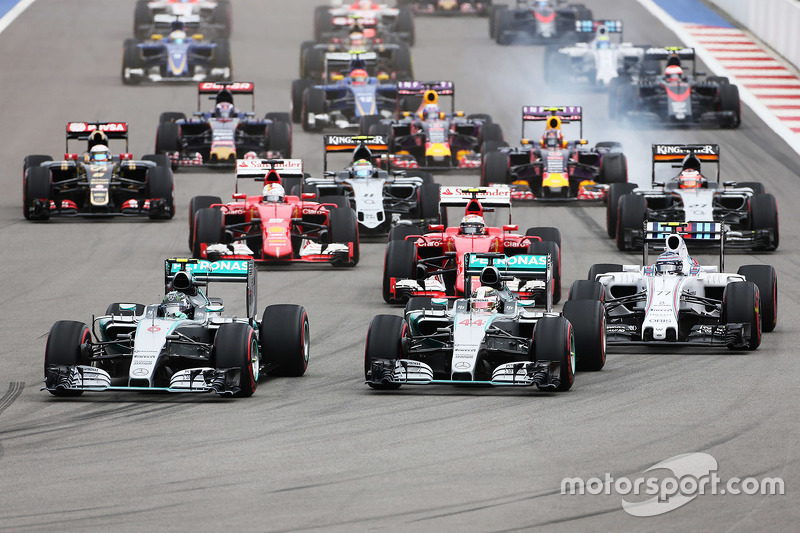 Старт: Нико Росберг, Mercedes AMG F1 едет впереди Льюиса Хэмилтона, Mercedes AMG F1