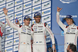 Podio: ganadores Timo Bernhard, Mark Webber, Brendon Hartley, Porsche Team