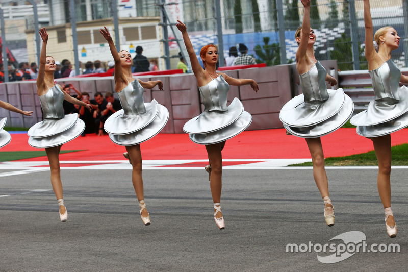 Pre race dancers on the grid