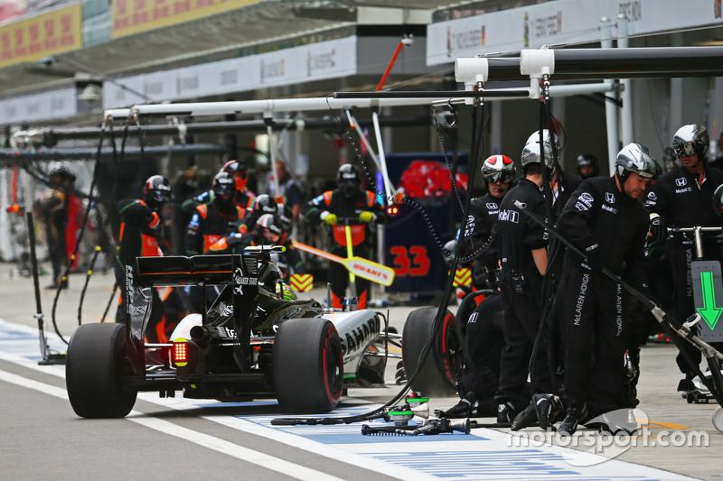 Sergio Perez, Sahara Force India F1 VJM08 makes a pit stop