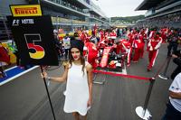 La Grid girl di Sebastian Vettel, Ferrari SF15-T sulla griglia