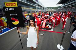 Грид-гёрл Себастьяна Феттеля, Ferrari SF15-T на стартовой решетке