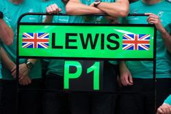 Tablero para el ganador de la carrera Lewis Hamilton, de Mercedes AMG F1 en post celebraciones carrera en el pit