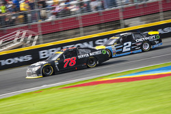 Martin Truex Jr., Furniture Row Racing Chevrolet y Brad Keselowski, Team Penske Ford