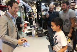 Sylvain Guintoli firma un autografo a un  giovane tifoso