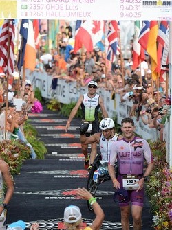 Alex Zanardi finishes the Hawaii Ironman triathlon