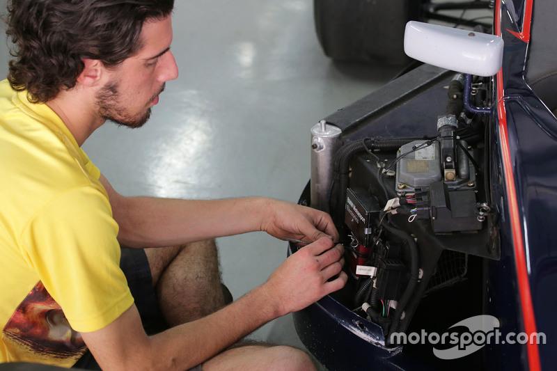 Mekaniker çalışıyor