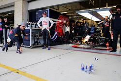 Max Verstappen, Scuderia Toro Rosso e Carlos Sainz Jr., Scuderia Toro Rosso jogam boliche no pit lane