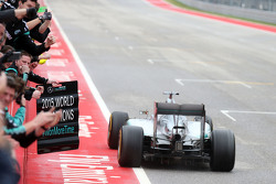 Lewis Hamilton, Mercedes AMG F1 W06 aan de finish