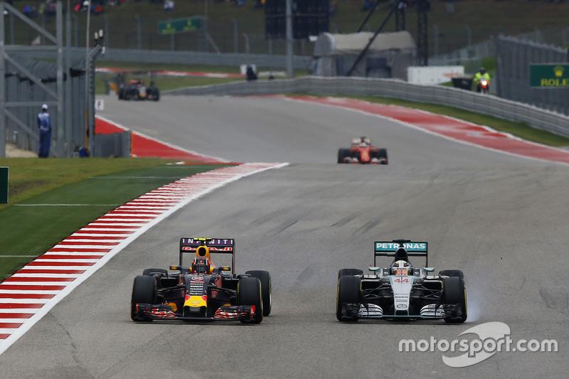 Даниил Квят, Red Bull Racing RB11 и Льюис Хэмилтон, Mercedes AMG F1 W06 - борьба за позицию