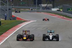 Daniil Kvyat, Red Bull Racing RB11, und Lewis Hamilton, Mercedes AMG F1 W06, im Zweikampf