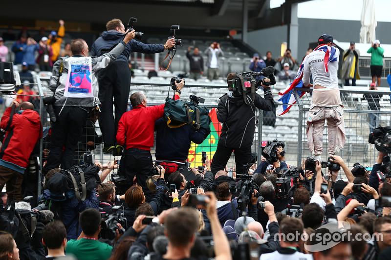 لويس هاميلتون يحتفل بفوزه ببطولته الثالثة