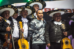 Lewis Hamilton, Mercedes posa con unos Mariachis en la Arena México