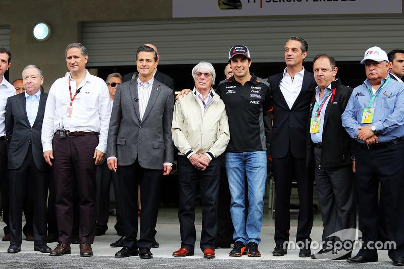 بيرني إكليستون وجان تود مع العديد من الشخصيات المرتبطة بالفورمولا 1