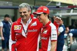Маурицио Арривабене, руководитель Ferrari Team и Эстебан Гутьеррес, тестовый и резервный пилот Ferrari