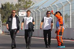 Fernando Alonso, McLaren en Stoffel Vandoorne, McLaren test- en reserverijder wandelen op het circuit