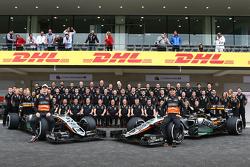 Nico Hulkenberg, Sahara Force India F1 y Sergio Pérez, Sahara Force India F1 en la foto del equipo