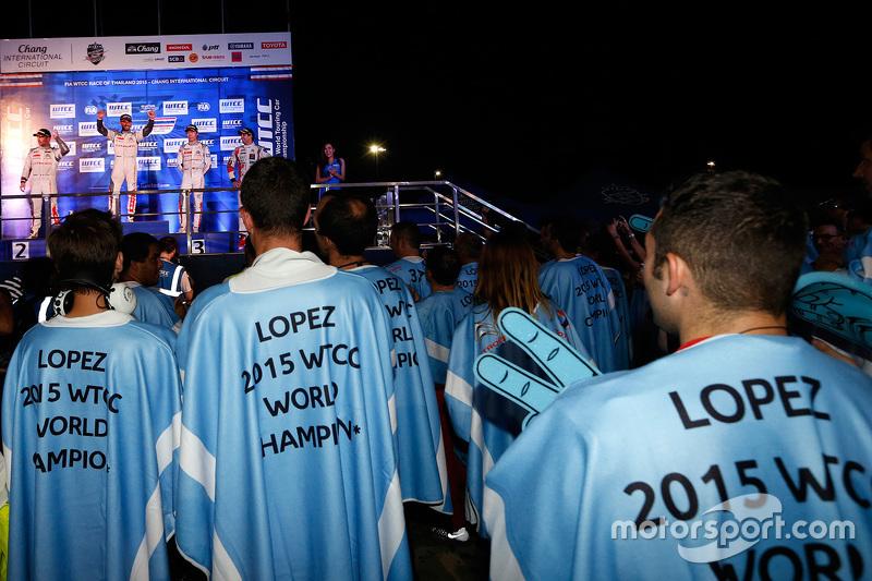 Citroën World Touring Car team святкує the 2015 championship
