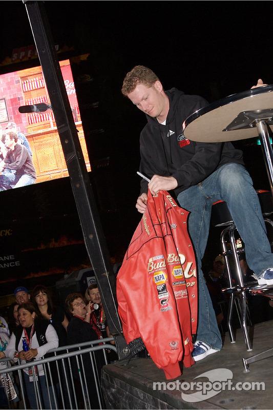 Dale Earnhardt Jr. Signe des autographes