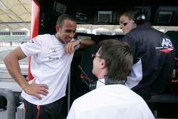 GP2 series de 2006 campeón Lewis Hamilton conversaciones con miembros de su antiguo equipo ART Grand Prix