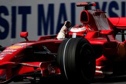 Ganador de la carrera Kimi Raikkonen celebra