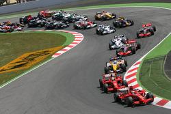 Start: Kimi Raikkonen, Scuderia Ferrari, F2008, leads Felipe Massa, Scuderia Ferrari, F2008