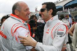 Ron Dennis, Presidente de McLaren y director del equipo con Pedro de la Rosa, piloto de prueba McLaren Mercedes