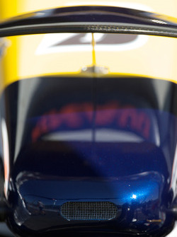 Фрагмент носового обтекателя автомобиля команды Renault F1 Team