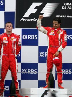 Podio: ganador de la carrera Felipe Massa y el segundo lugar Kimi Raikkonen
