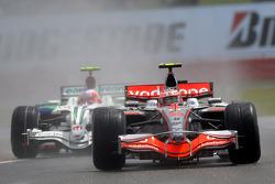 Heikki Kovalainen, McLaren Mercedes, MP4-23 and Rubens Barrichello, Honda Racing F1 Team, RA108