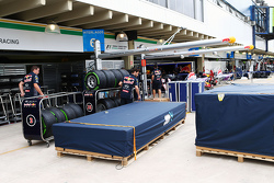 Red Bull Racing déballe son fret dans le paddock
